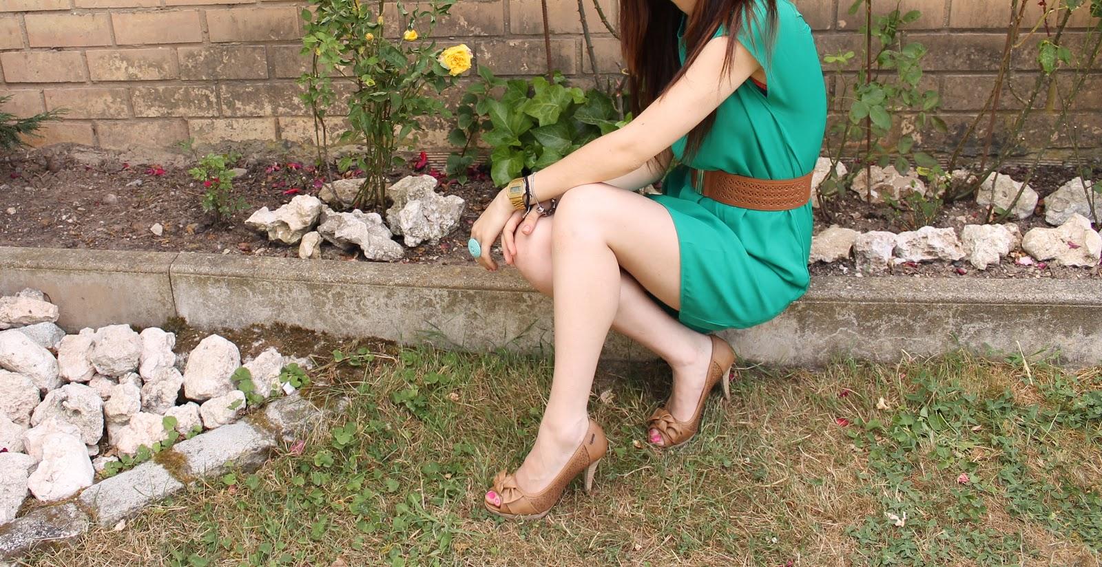 Vestido verde zapatos marrones