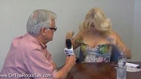 Jornalista leva à sério entrevista sobre topless e tira roupa no Canadá.