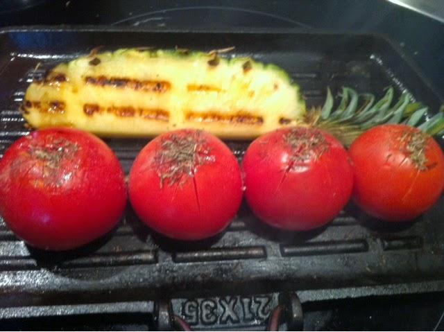 Pariloitua tomaattia ja ananasta.