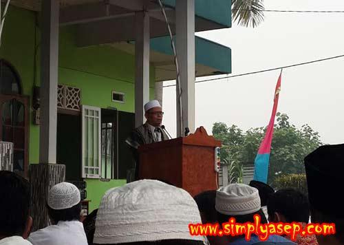 KHUTBAH: Bertindak selaku khatib dan Imam Ied Masjid Babussalam Komplek Duta Bandara kami adalah Bapak H. Ahmad Farhan.   Foto Asep Haryono
