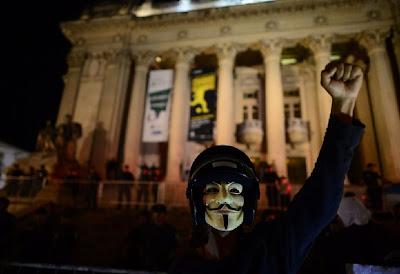 Pessoa com a mascara de Guy Fawkes no RJ