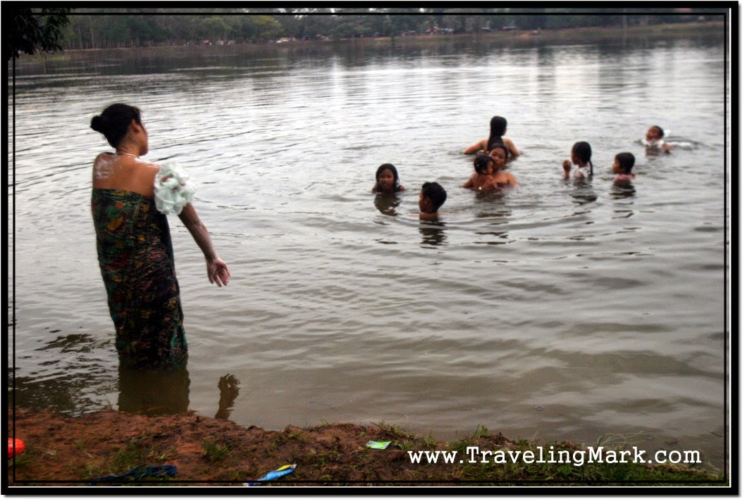 VILLAGE AUNTIES BATHING - Trendsphotos
