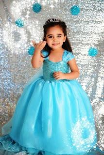 Foto gambar anak cantik pakai dress frozen