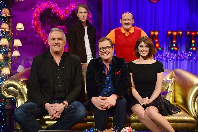 Wearing a glamour dark skirt by Ralph Lauren, the 28-year-old decided to make a difficult fashion story to our eyes on Alan Carr: Chatty Man show at England.