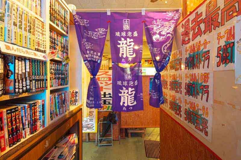 drapes,entranceway,books