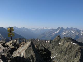 Gipfelwegweiser am Wildgrat mit Wildspitze und Kaunergrat im Hintergrud