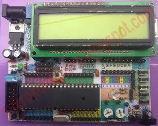 Test board - zestaw uruchomieniowy ATmega32 z podłączonym wyświetlaczem LCD.