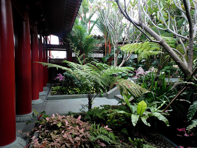 Rooftop garden at the Buddha&#39;s Tooth Temple in Singapore
