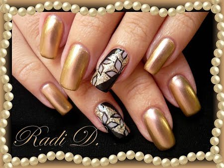 Златен маникюр с блестяща декорация