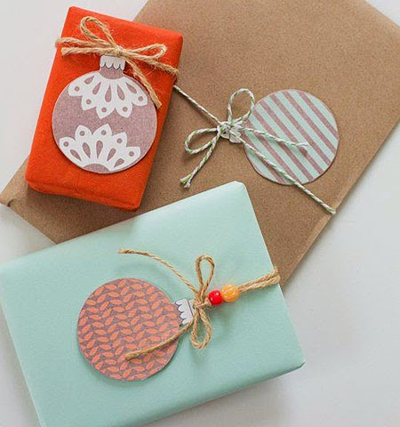 Идеи за декорация на опаковки за коледни подаръци с елхови топки