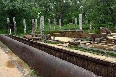 рисовое каноэ, каменный желоб в Анурадхапуре, трапезная монастыря Абхайягири, развалины, руины храма Шри-Ланки