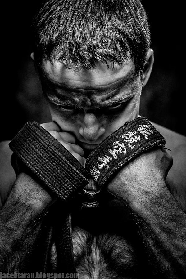 czarno-biale, czarny pas, fighter, fotografia, fotografia artystyczna, fotografia sportowa, jacek taran, karate, niepolomice, piesci, sport walki