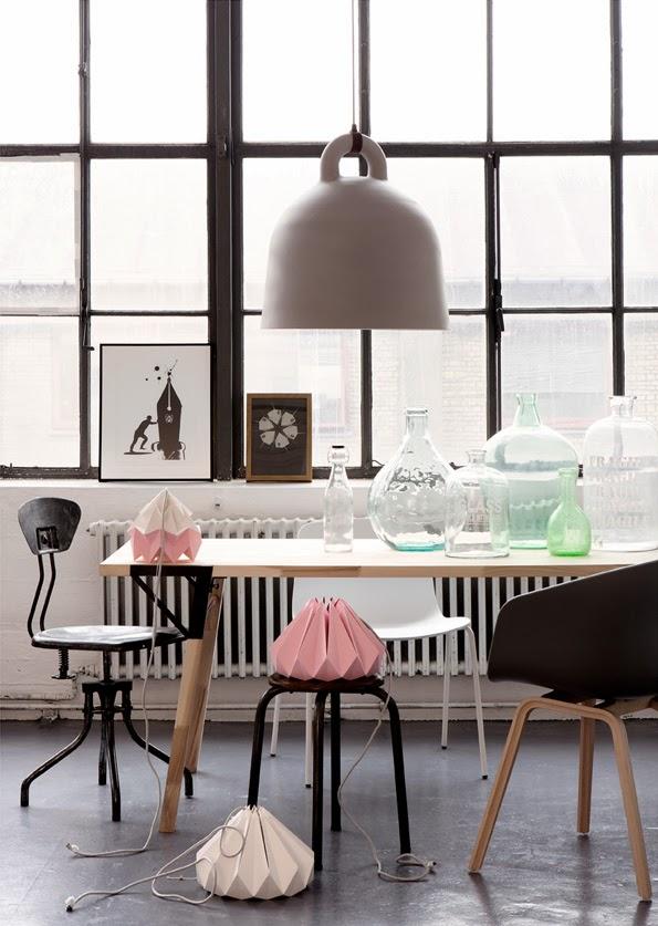 Loft i pastelowe dodatki, metalowe krzesła, pastelowy róż lampa, duże okna w lofcie