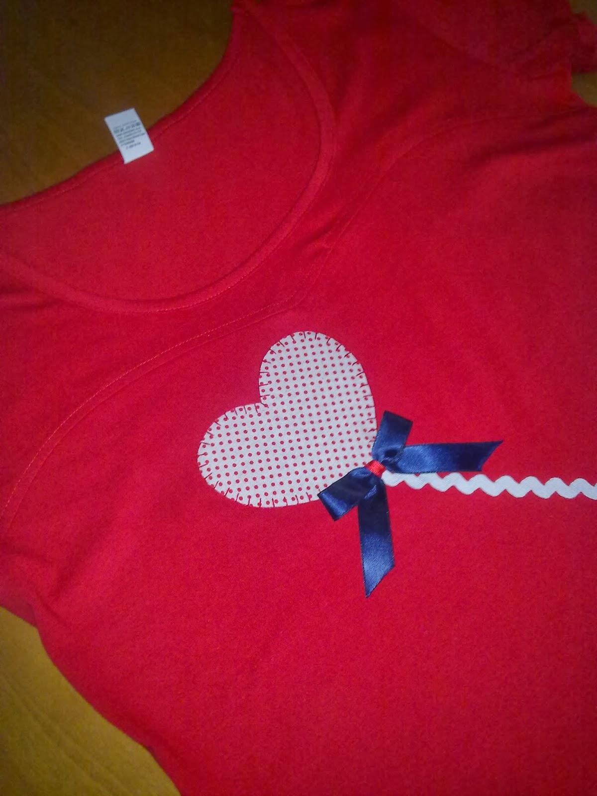 camiseta con aplicación de corazon globo blanco de lunares rojos