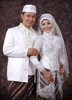 Kebaya pengantin muslim modern terbaru warna putih