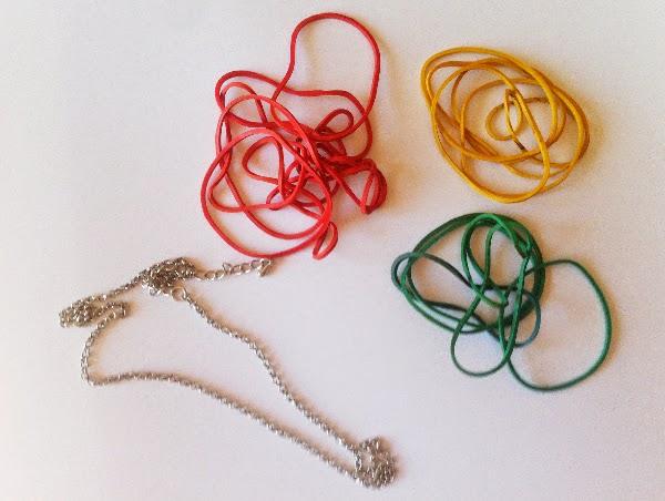 material necesario para hacer collar de gomas de colores