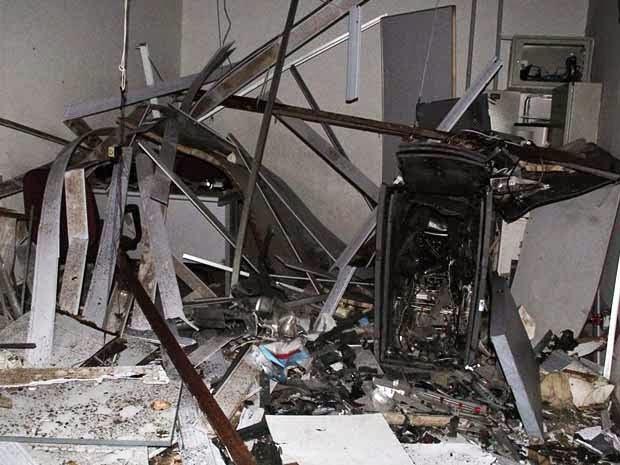 Caixa eletrônico ficou completamente destruído em Varzedo, na Bahia (Foto: Marcello Dial / Site Voz da Bahia/)