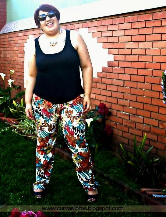 Vistiendo curvas - Uniforme de verano: musculosa negra, pantalón piyama estampado y sandalias  www. curvaslibres.blogspot.com