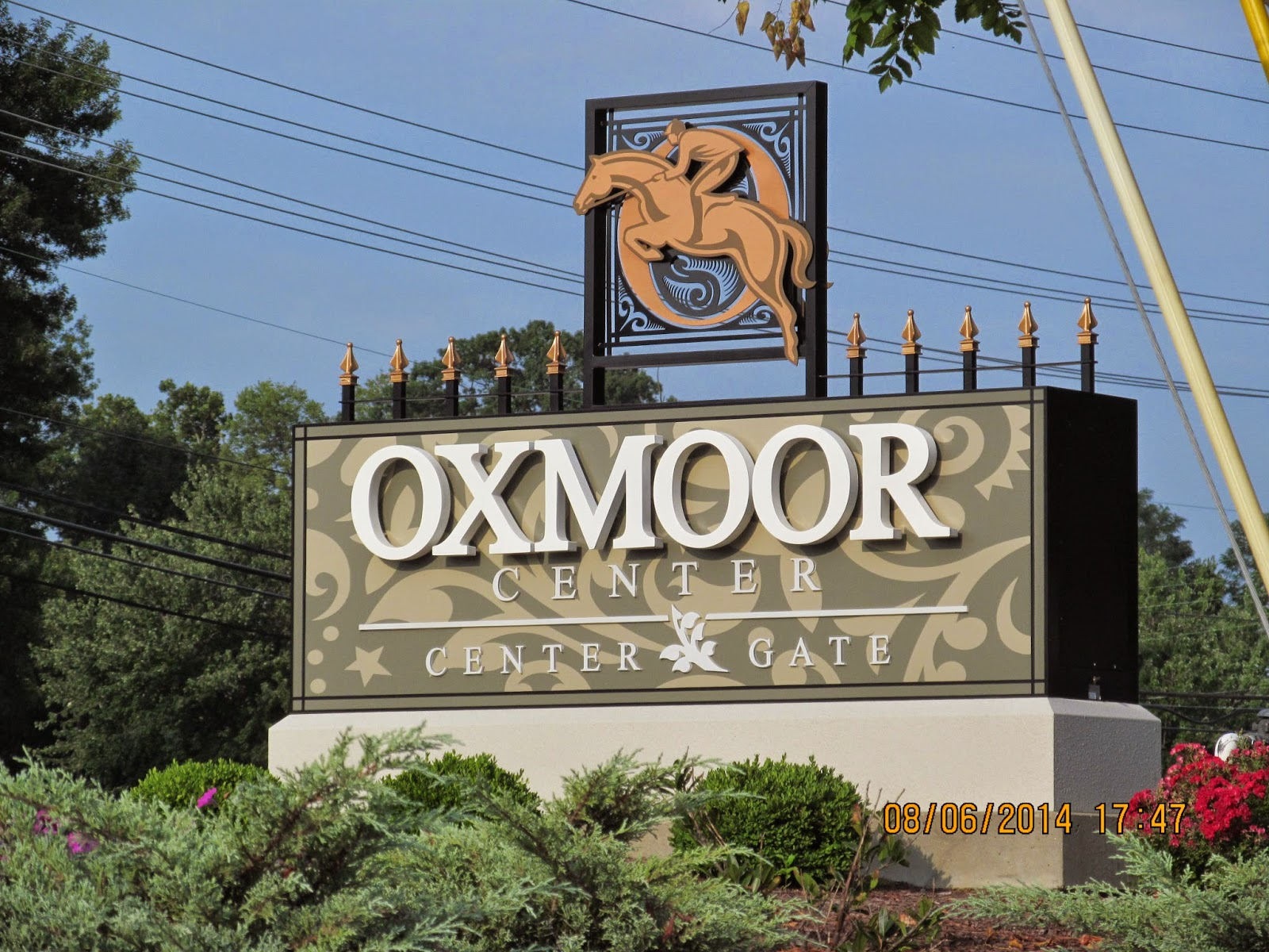 Oxmoor center is a mid size mall in suburban louisville kentucky and has anchor stores dick s sporting goods macy s sears and von maur and is one floor
