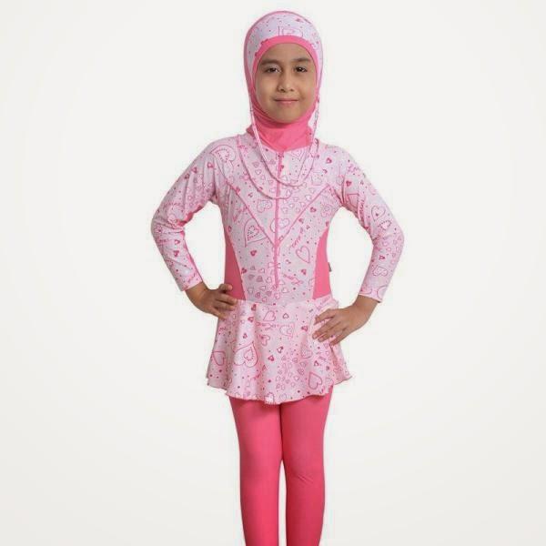 Anak perempuan cantik pakai baju renang warna pink bermotif