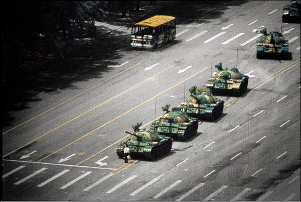 عجائب الدنيا وهل تعلم - رجل يرقص أمام رتل من الدبابات