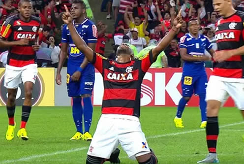 Mesmo com desfalques, Flamengo derrota Cruzeiro e entra no G4