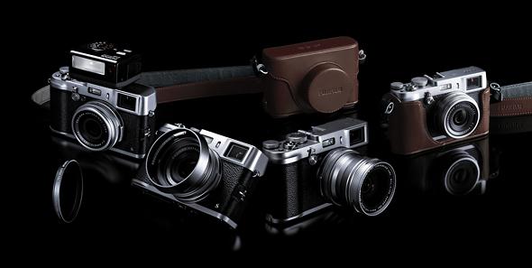 Fotografia della fotocamera Fujifilm X100s con alcuni accessori (custodia, flash e paraluce)