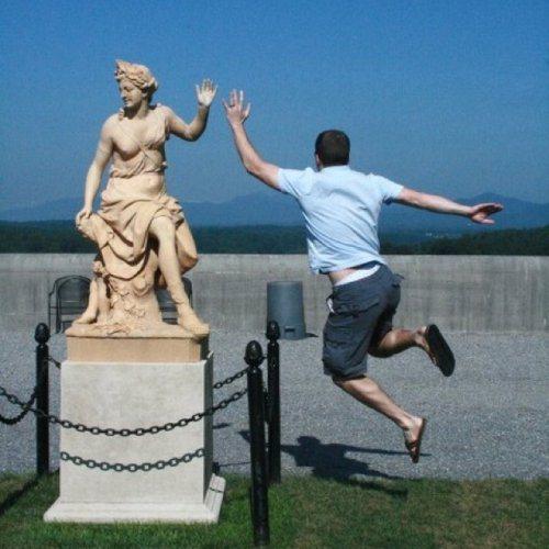 забавное фото со статуей