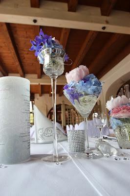 Blumenarrangements in Blau, Rosa und Silber in Gläsern