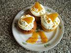 Narancsos muffin recept, tejtermék mentes sütemény, tejszínhabbal és narancsdarabkával a tetején.