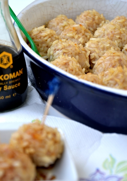 polpette di maiale con riso, salsa di soia e cipolotti