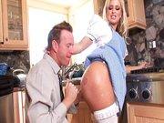 Comendo a empregada na cozinha