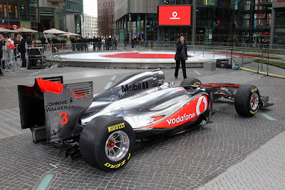mclaren-mp4-26-f1-2011-Side-View