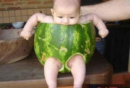 صورة طريفه لطفل يجلس داخل بطيخة