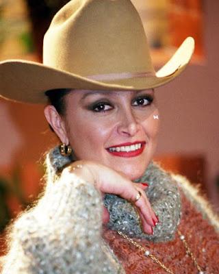 Daniela Romo con sombrero