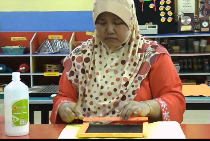 Guru membuat demo dalam menampal bingkai gambar polistrin yang .