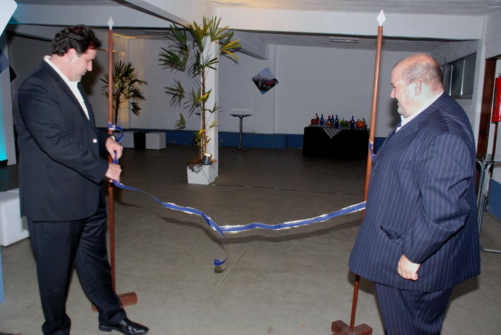 Presidente do Grupo Estácio, Rogério Melzi, e vice-prefeito Márcio Catão desenlaçam a fita inaugural do campus Teresópolis