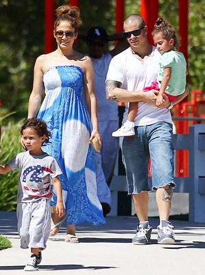 Casper Smart paseando con Jennifer López y sus hijos