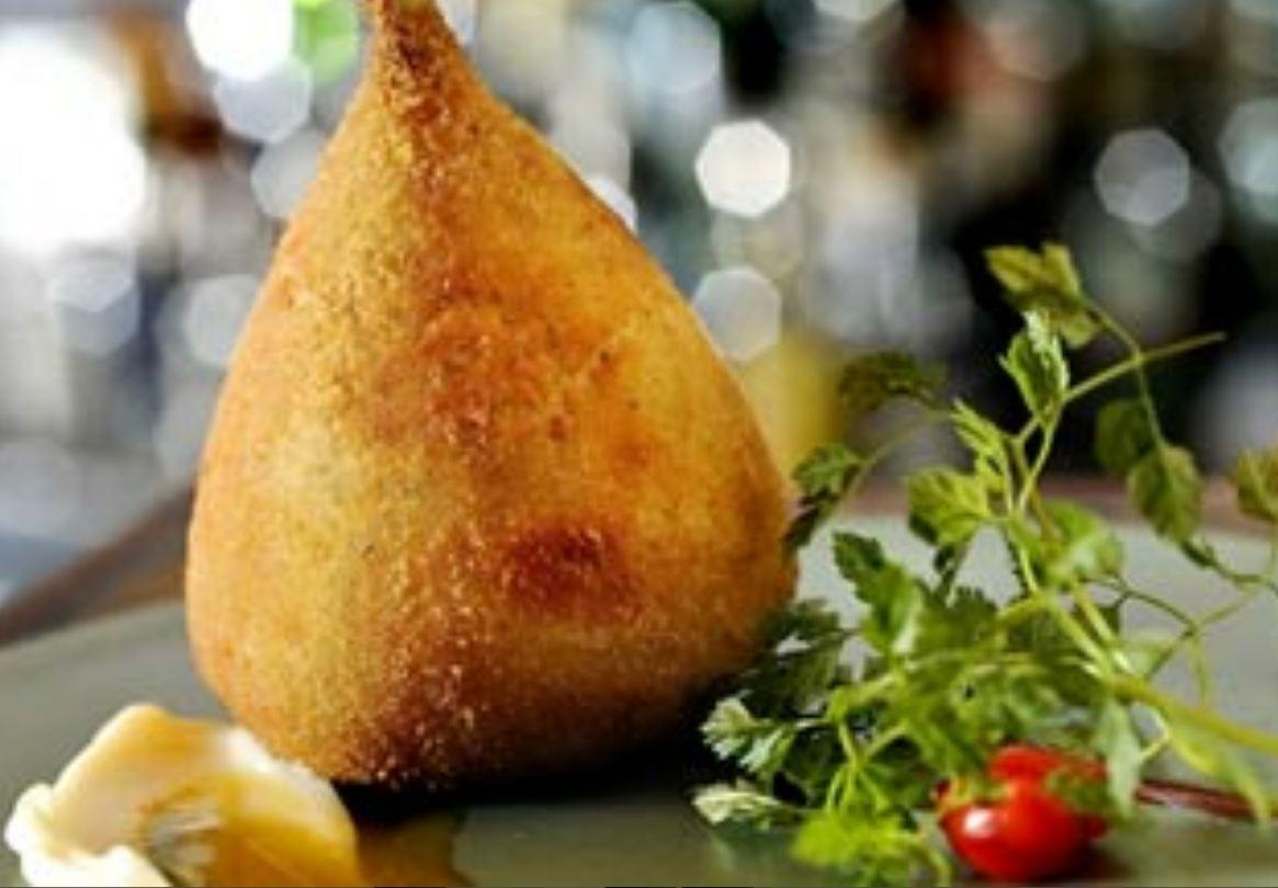 coxinha de frango é um salgadinho à base de massa feita com