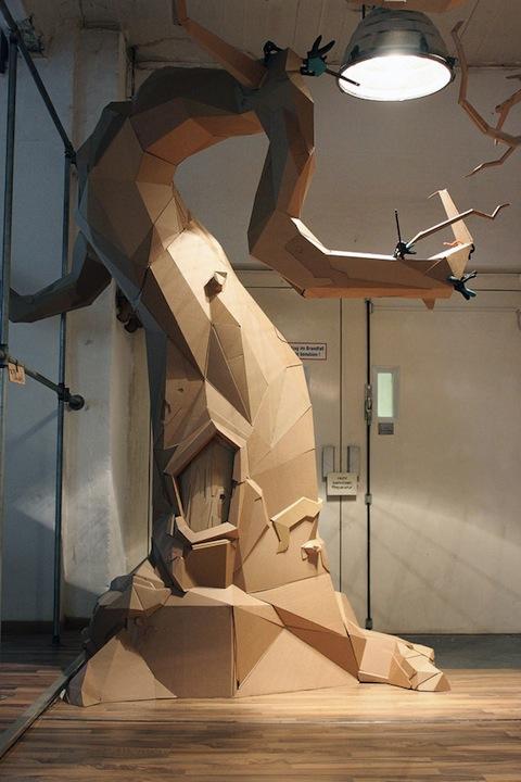 casa árbol hecha con cartón