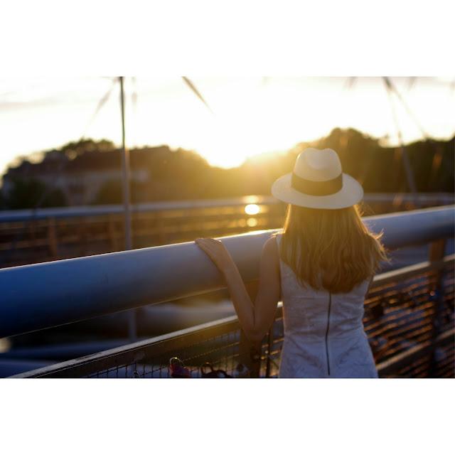 inspiracje, jak robić dobre zdjęcia, instagram, kapelusz słomkowy, koronkowa sukienka