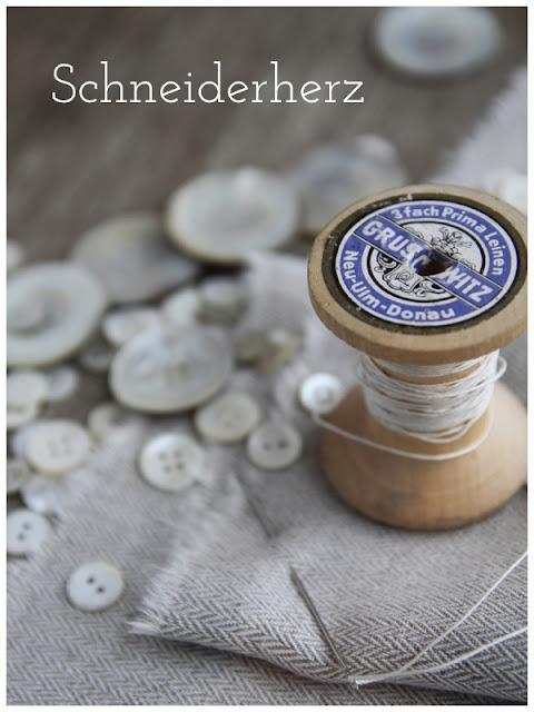 Leinenstoff mit Garnrolle, Zwirn, Perlmuttknöpfe Schneiderherz