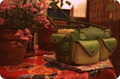 Sac en patchwork de cuir vert,multipoches, porté épaule
