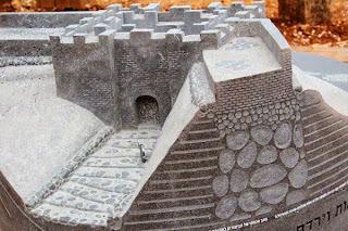 דגם הבזלת של השער הכנעני בתל דן