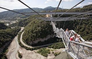 Η μεγαλύτερη κρεμαστή πεζογέφυρα στον κόσμο! (Φωτογραφίες)