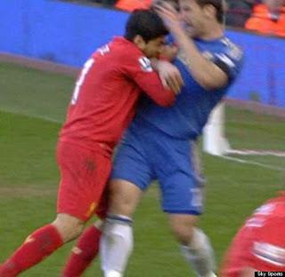 Luis Suarez gigit lawan