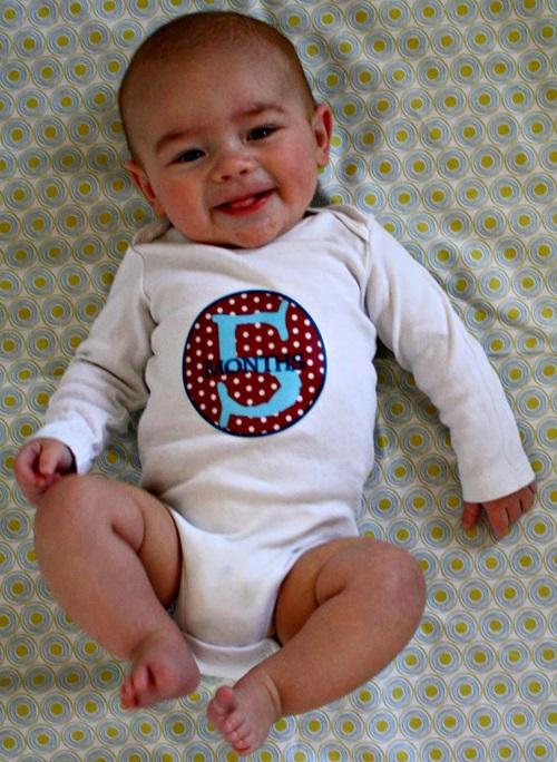 Perkembangan bayi usia 5 bulan, cara mendidik anak ketika usia bayi 5 bulan, tingkah laku bayi umur 5 bulan, panduan mengajar anak ketika masih bayi, gambar bayi usia 5 bulan, bayi boleh pegang botol susu sendiri, bayi tahu namanya dipanggil