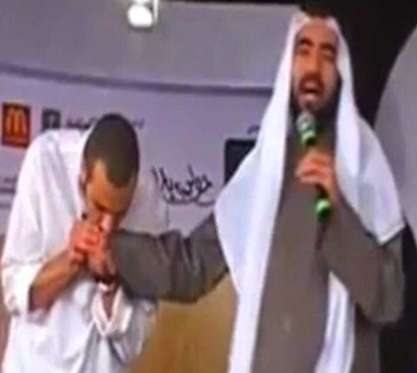 شاهد من هذا الرجل الذي يقبل يد طارق السويدان