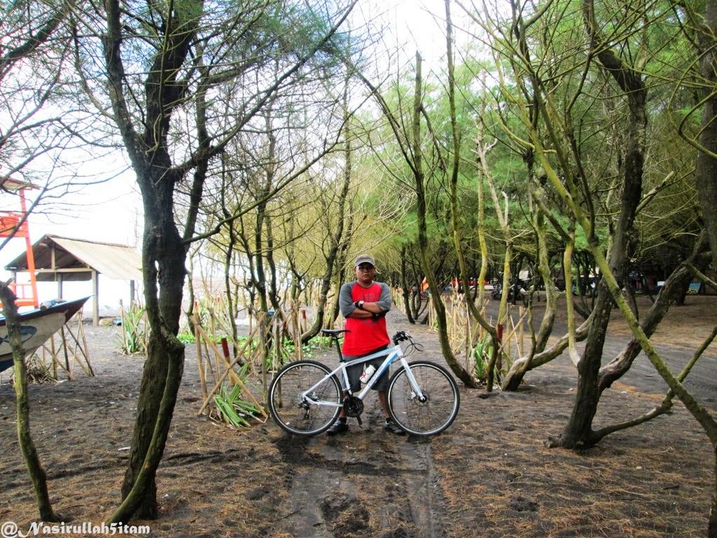 Mengabadikan diri bareng sepeda di pantai Baru