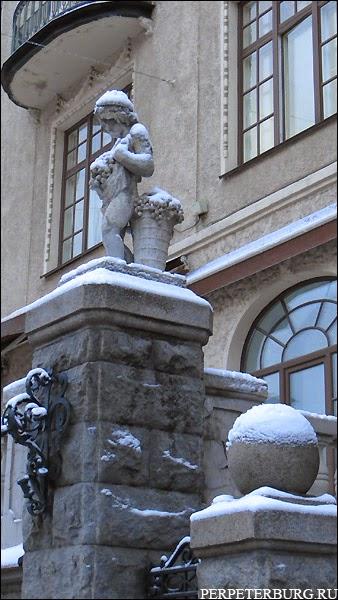 Статуи у дома Эйлерса на улице Рентгена в Петербурге фото
